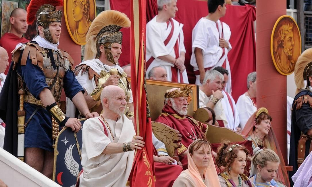 Representação. O imperador romano, com sua corte, assiste às disputas Foto: Turismo de Nîmes / Divulgação