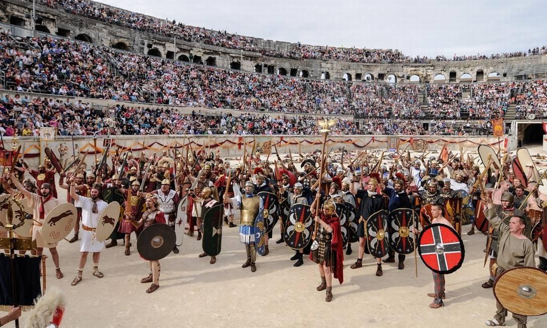 Ave, César. Atores e turistas representam os gladiadores e fazem a saudação ao imperador Foto: Turismo de Nîmes/Divulgação