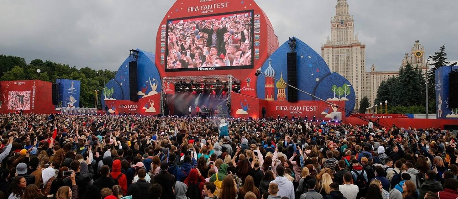Multidão se reúne na abertura oficial da Fan Fest da Fifa em Moscou, perto do prédio principal da Lomonosov Moscow State University (MSU) Foto: MAXIM ZMEYEV / AFP/10-6-2018