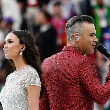 O cantor inglês Robbie Williams e a soprano russa soprano Aida Garifullina se apresentam na cerimônia de abertura da Copa da Rússia, interpretando a música