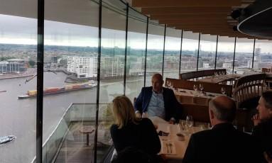 O Restaurante Moon combina ótima cozinha e observatório panorâmico no 19º andar da A'DAM Toren, uma das torres mais altas de Amsterdã Foto: Eduardo Maia / Agência O Globo