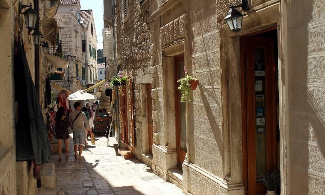 As ruas medievais do centro histórico de Hvar, antiga base do exército veneziano Foto: Eduardo Vessoni