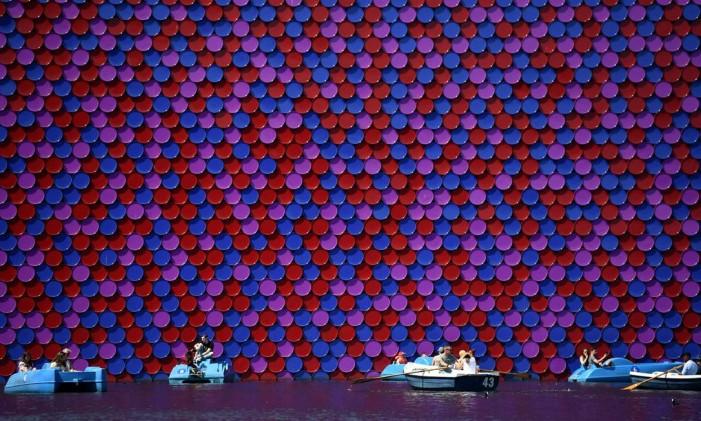 """No Hyde Park, barcos e pedalinhos se aproximam da obra """"The Mastaba"""", do artista búlgaro Christo Vladmirov Javacheff, no Lago Serpentine Foto: BEN STANSALL / AFP/6-8-2018"""