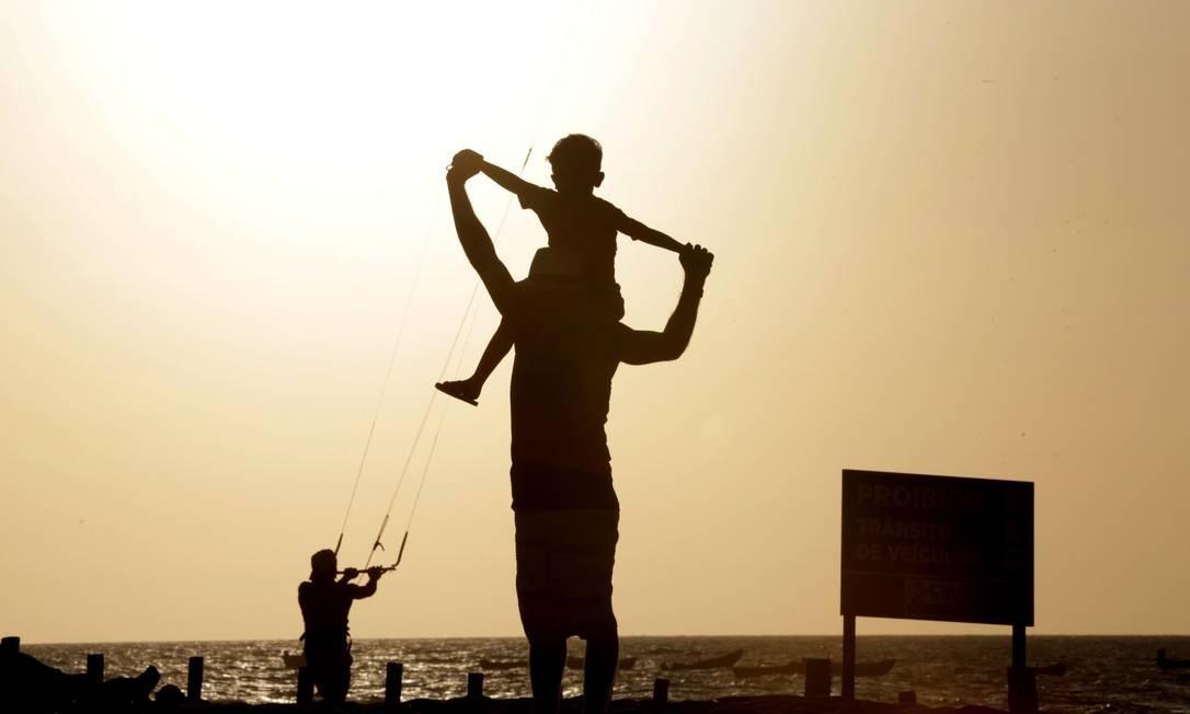 Turistas aproveitam o pôr do sol na Praia do Preá, em Jericoacoara, no litoral cearense. É uma das preferidas dos praticantes de kitesurfe Foto: Márcio Alves / Agência O Globo