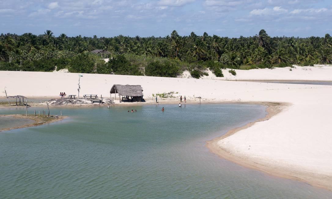 Dunas e mar na localidade conhecida como Barrinha, próxima à Praia do Preá Foto: Márcio Alves / Agência O Globo