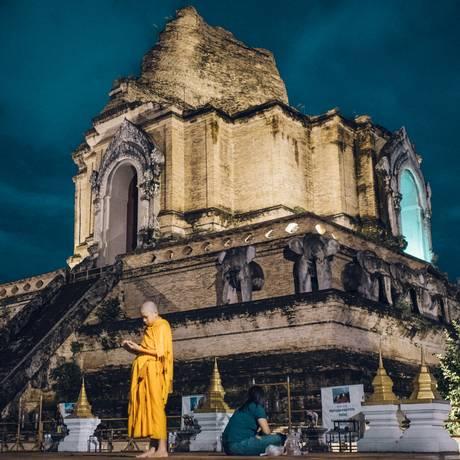 Jovem monge caminha or Wat Chedi Luang, um templo popular em Chiang Mai Foto: David Rama Terrazas Morales / The New York Times