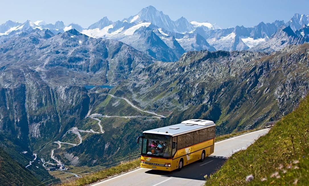Ônibus no cantão de Valais, com picos nevados ao fundo Foto: Christof Sonderegger / Divulgação