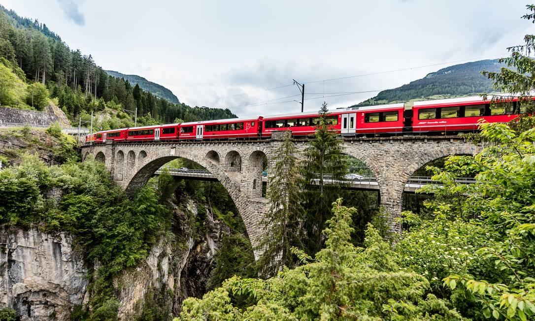 Trem na rota Albula-Bernina, cuja paisagem tem o título de patrimônio da Humanidade da Unesco Foto: Andrea Badrutt / Divulgação