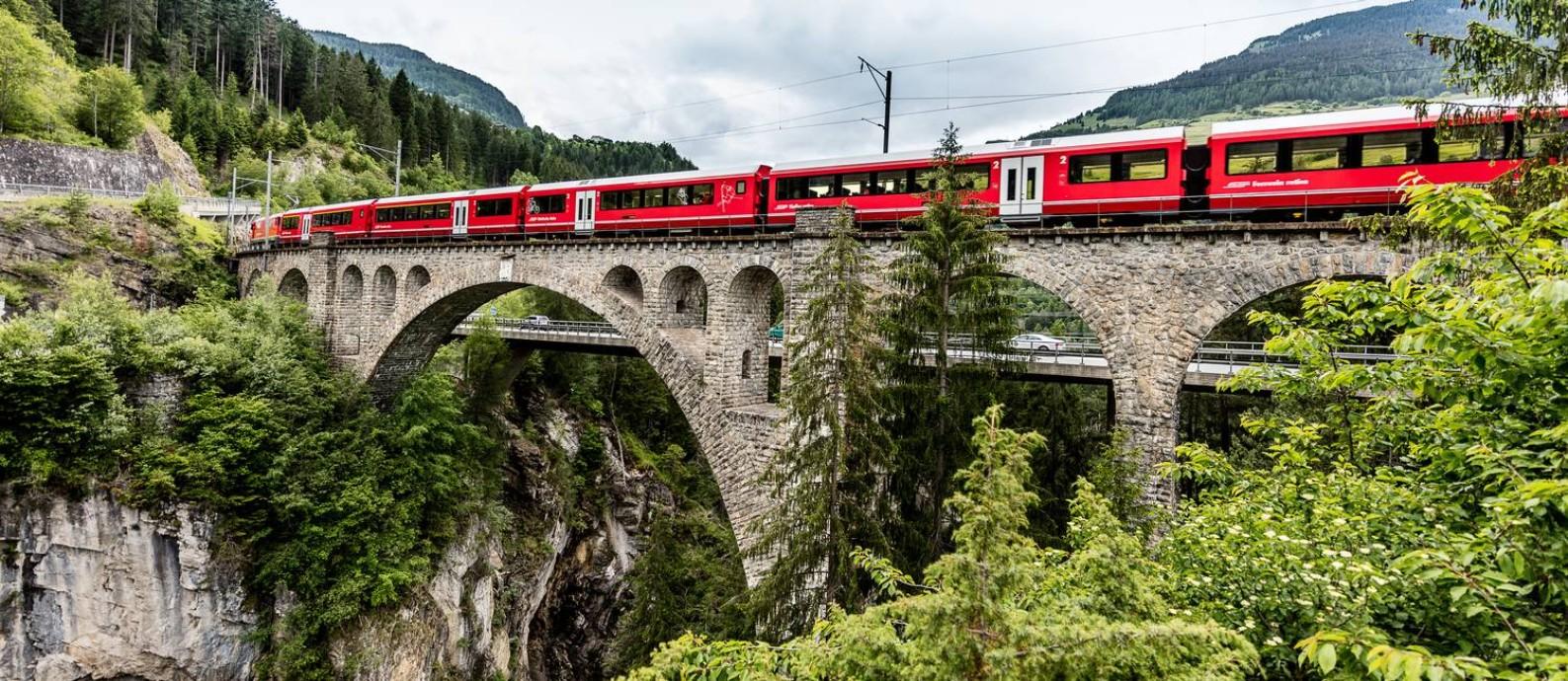 Trem na rota Albula-Bernina, cuja paisagem tem o título de patrimônio da Humanidade da Unesco Foto: Andrea Badrutt / divulgação/Andrea Badrutt
