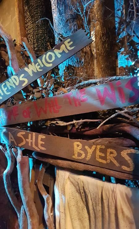 """""""Amigos são bem-vindos a Castle Byers"""", dizem as placas na área dedicada a """"Stranger Things"""", no Halloween Horror Nights, do parque Universal Studios em Orlando, na Flórida Foto: Eduardo Maia/Agência O Globo"""