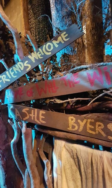 """""""Amigos são bem-vindos a Castle Byers"""", dizem as placas na área dedicada a """"Stranger Things"""", no Halloween Horror Nights, do parque Universal Studios em Orlando, na Flórida Eduardo Maia/Agência O Globo"""
