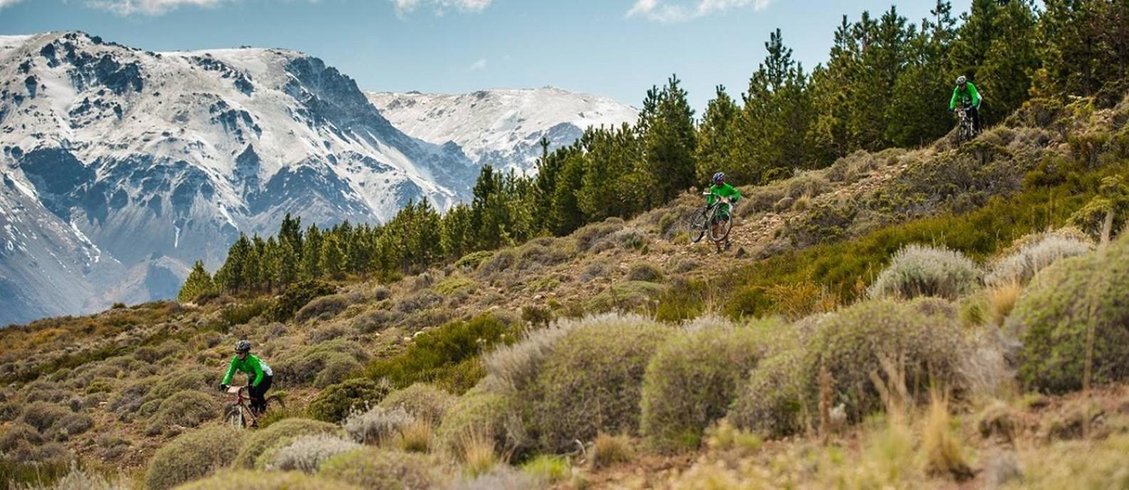A prova de Mountaing Bike, do Tetratlón de Esquel, percorre 34 quilômetros por trilhas em meio a bosques Foto: Martin Pereyra WWW.MAROTO.COM / Divulgação