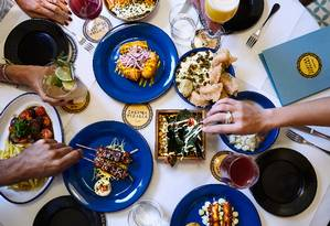 Porções para serem compartilhadas são o forte na Cantina Peruana, dos chefs Diego Muñoz e José Avillez, agora em novo endereço em Lisboa Foto: Grupo José Avillez//Divulgação