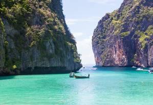 Barcos na entrada de Maya Bay, praia na ilha de Koh Phi Phi Leh que permanecerá fechada aos visitantes Foto: Creative Commons / Reprodução