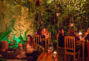 Apotecario, bar com uma pequena cervejaria, é um dos locais para socializar em San José Foto: BRETT GUNDLOCK / NYT