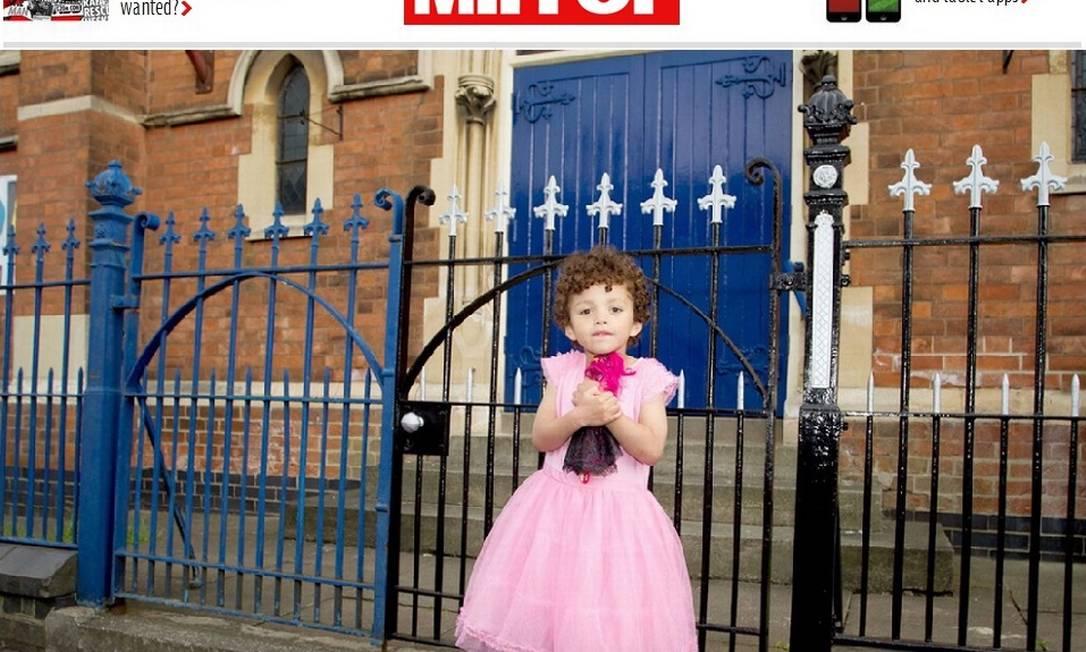 Romeo Clarke, de 5 anos, gosta de usar vestidos de princesas e sapatos de salto para brincar Foto: Reprodução/Mirror