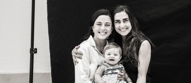A atriz Carol Machado e a artista visual Kika Motta posam com a filha Tereza Foto: Fabio Seixo