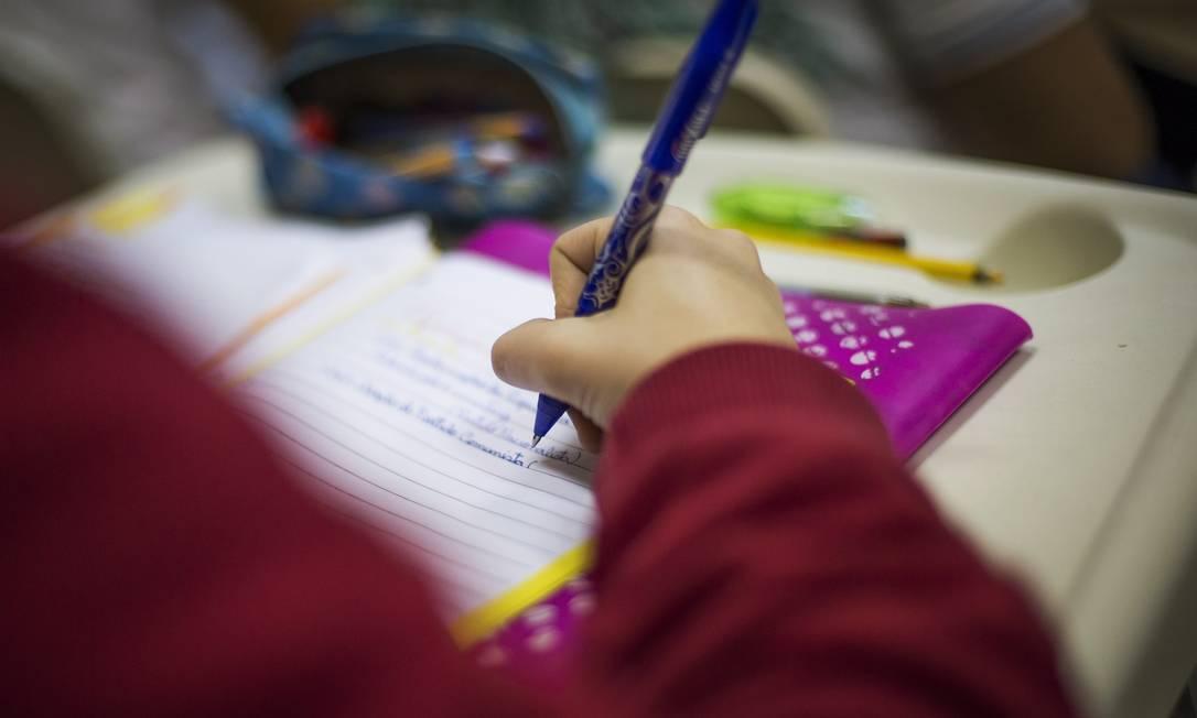 Estudante treinando para a redação do Enem Foto: Guito Moreto / Agência O Globo