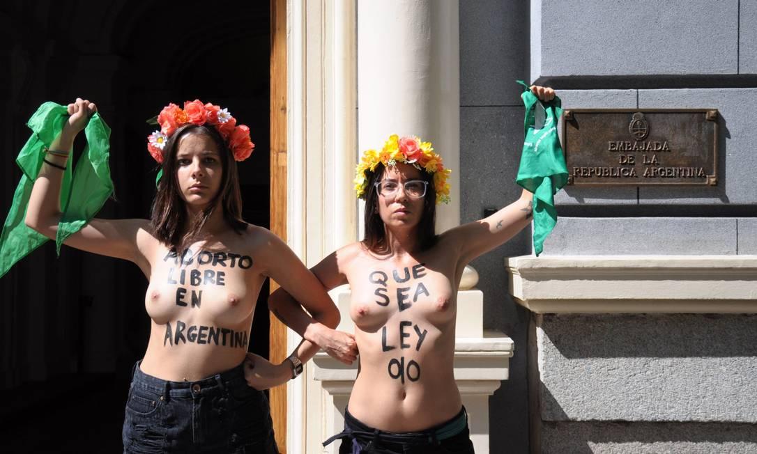 Ativistas do grupo feminista Femen se engajaram nas manifestações pela aprovação do projeto de aborto legal na Argentina em 2018, em frente à embaixada do país em Madri Foto: AFP/FEMEN / AFP
