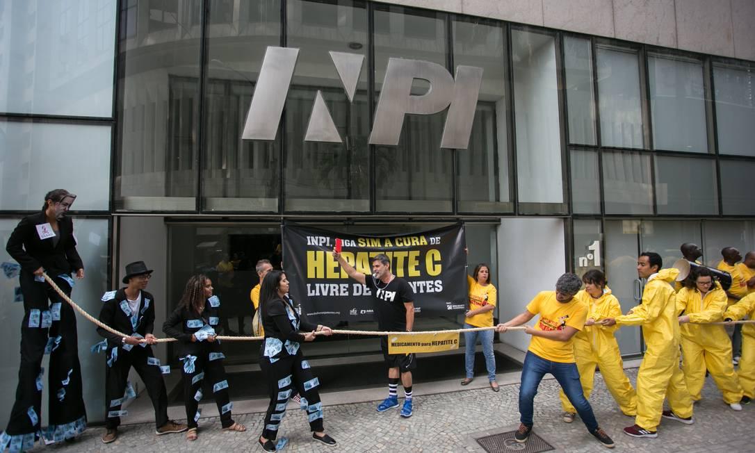"""Manifestantes encenam """"cabo de guerra"""" entre pacientes que dependem de remédios de distribuição gratuita e indústria farmacêutica na porta do INPI, em agosto de 2018 Foto: Paula Giolito / ABIA"""