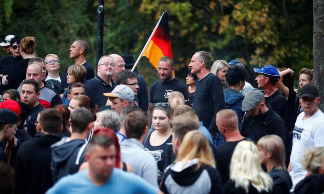 Pessoas em protesto na cidade alemã de Chemnitz onde homem de 22 anos foi morto, supostamente por dois imigrantes Foto: HANNIBAL HANSCHKE / REUTERS