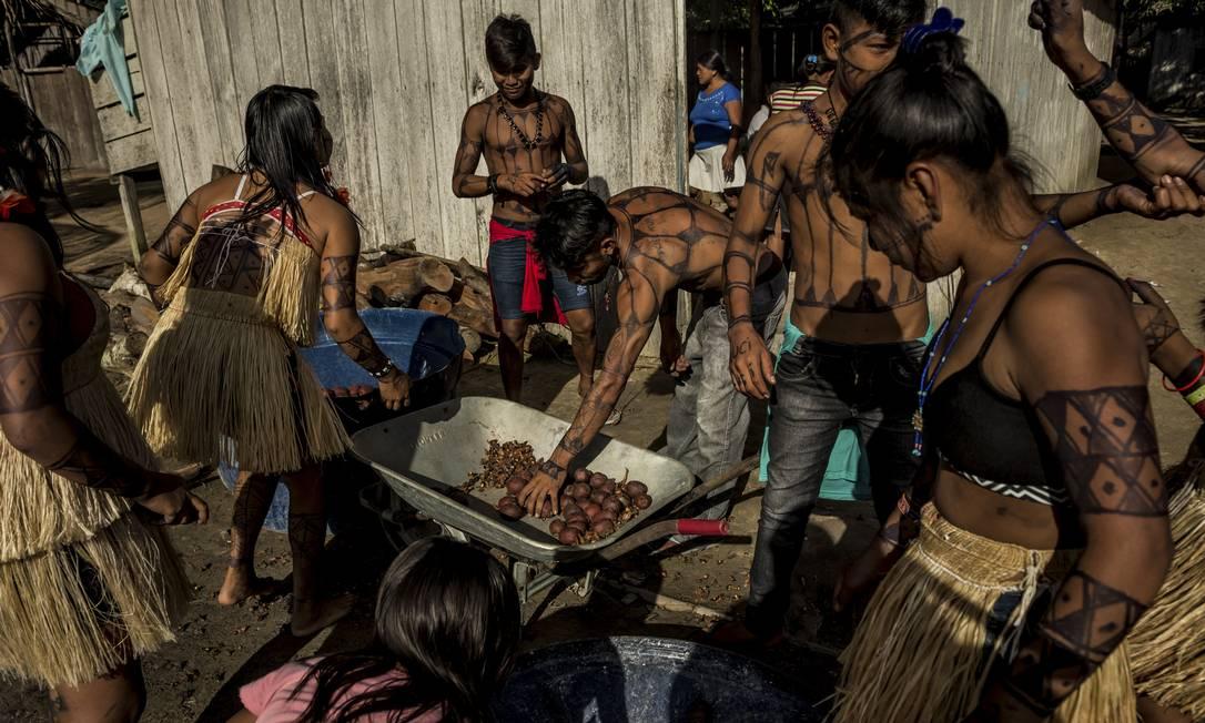 Índios Munduruku, cujas terras, próximas ao rio Tapajós, na Amazônia, estão em risco por causa de projetos de mineração Foto: MERIDITH KOHUT / NYT