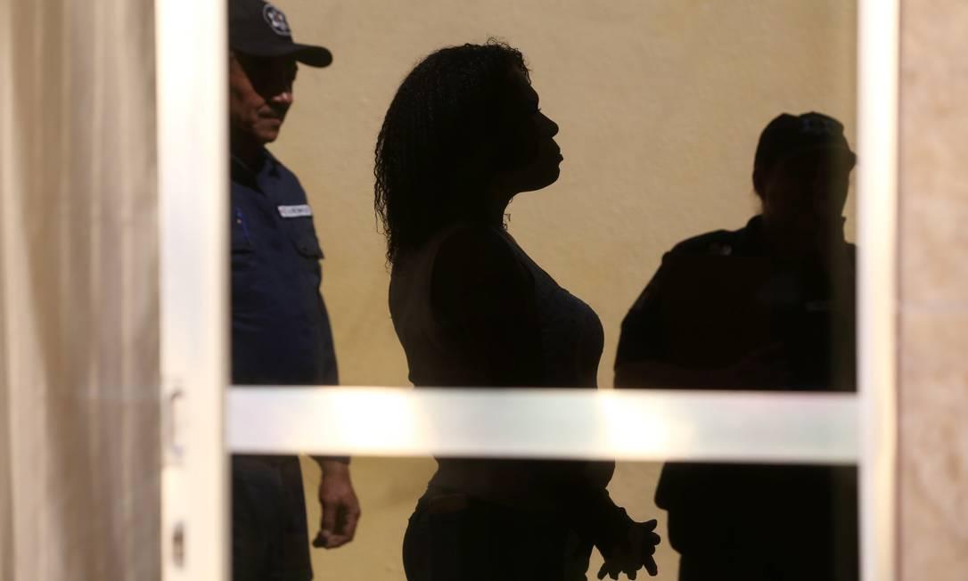 Mulher é acompanhda por guardas municipais depois de denunciar agressão Foto: Custódio Coimbra / Agência O Globo