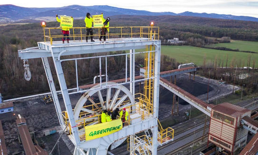 Ação na mina de carvão em Nováky, Eslováquia: 12 ativistas foram presos por escalarem a torre de mineração da empresa de carvão eslovaca HNB em protesto contra a contínua mineração e queima de carvão Foto: Divulgação Greenpeace