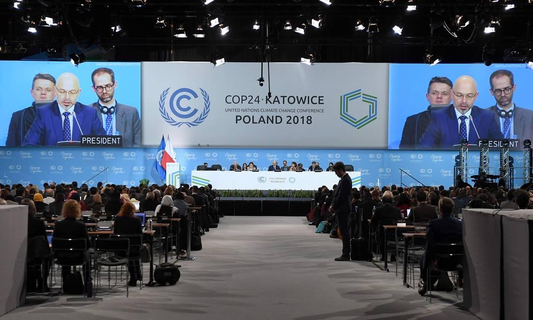 O Secretário de Estado polonês do Ministério do Meio Ambiente, Michal Kurtyka (na tela), fala durante a cerimônia inaugural da 24ª Conferência das Partes da Convenção-Quadro das Nações Unidas sobre Mudanças Climáticas (COP24), no domingo, 2 de dezembro Foto: JANEK SKARZYNSKI / AFP