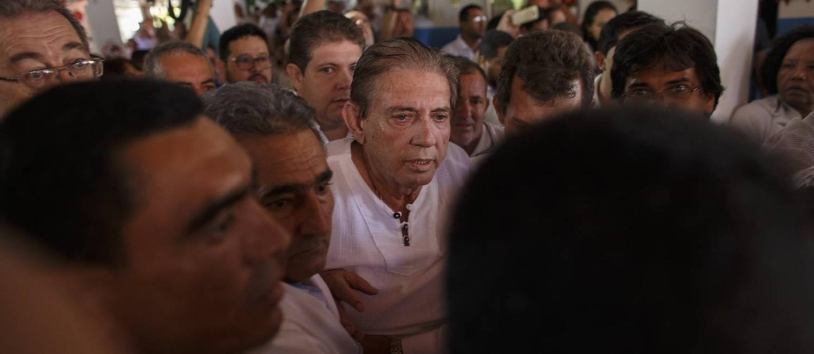 O médium cercado de fiéis e seguranças, em Abadiânia, em sua última aparição na Casa de Dom Inácio antes de ser preso Foto: Daniel Marenco / Agência O Globo