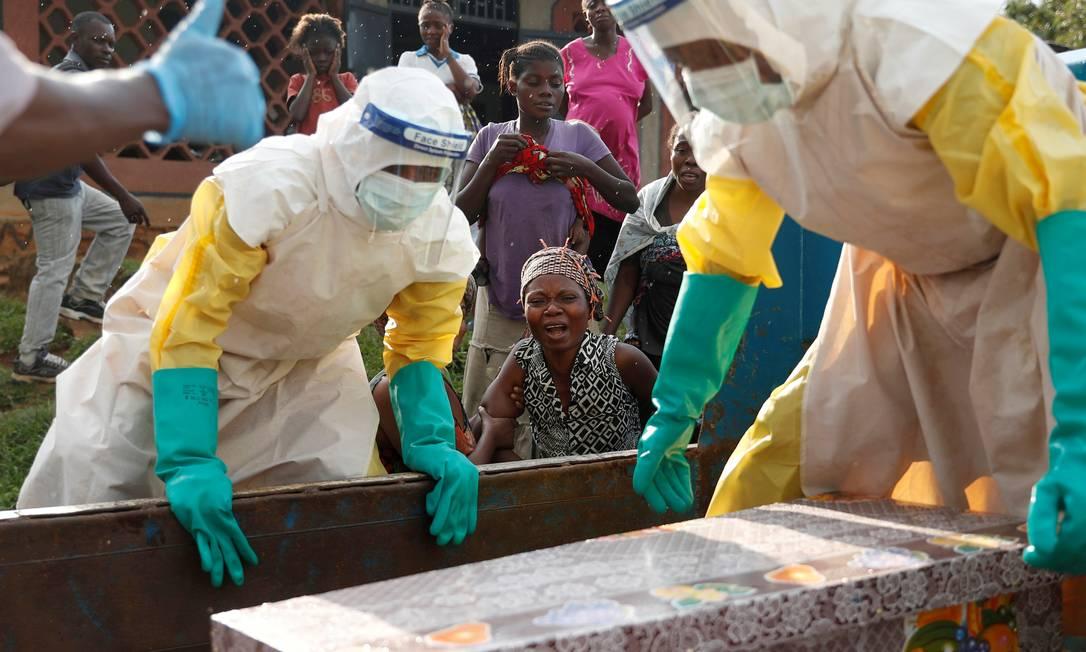Uma mulher chora ao lado do caixão do filho, morto em decorrência do ebola, em dezembro de 2018: desconfiança nos agentes de saúde no país e violência de gênero aumentaram desde o surto Foto: Goran Tomasevic / REUTERS