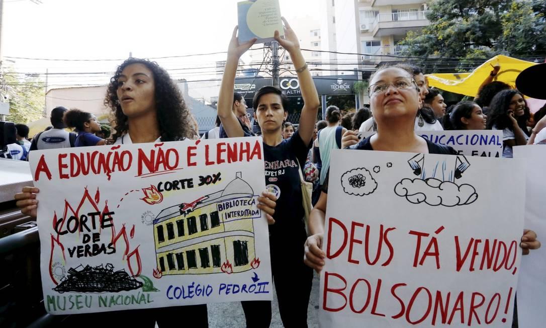 Estudantes protestam diante de Colégio Militar do Rio, onde o presidente Jair Bolsonaro participou de cerimônia nesta segunda-feira Foto: Pablo Jacob