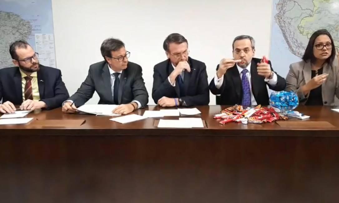 O ministro da Educação, Abraham Weintraub, recorreu a caixas de bombom para explicar, didaticamente, os cortes que seu ministério está fazendo. Foto: Reprodução, Facebook