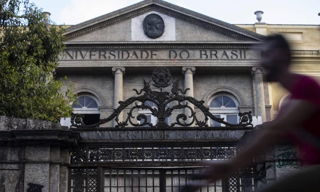 Prédio da UFRJ na Urca: universidade teve 65 bolsas cortadas pela Capes Foto: Alexandre Cassiano