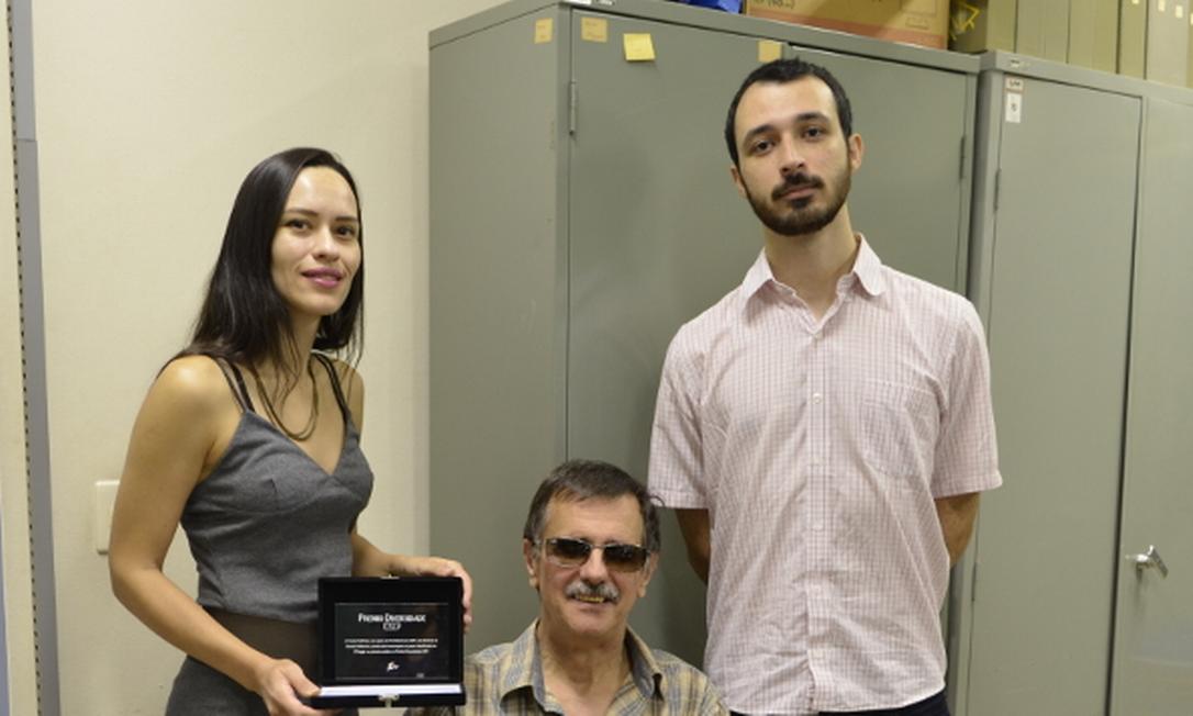 À direita, Eugênio Matiolli, aprovado para o doutorado da Universidade de Lyon, na França, com bolsa da Capes Foto: Acervo pessoal