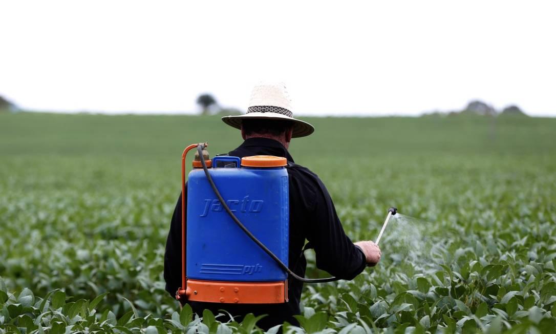 Trabalhador rural aplica agrotóxico em lavoura de soja Foto: Michel Filho