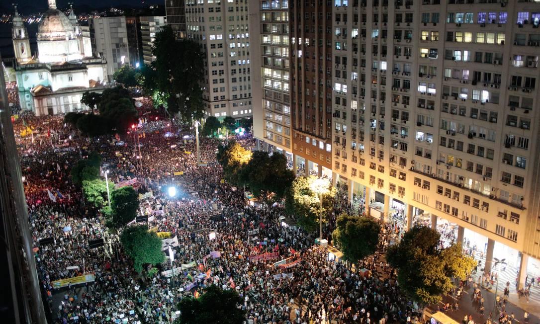 Manifestantes contra os cortes na Educação tomam o Centro do Rio, no último dia 15 de maio Foto: Bruno Kaiuca / Agência O Globo