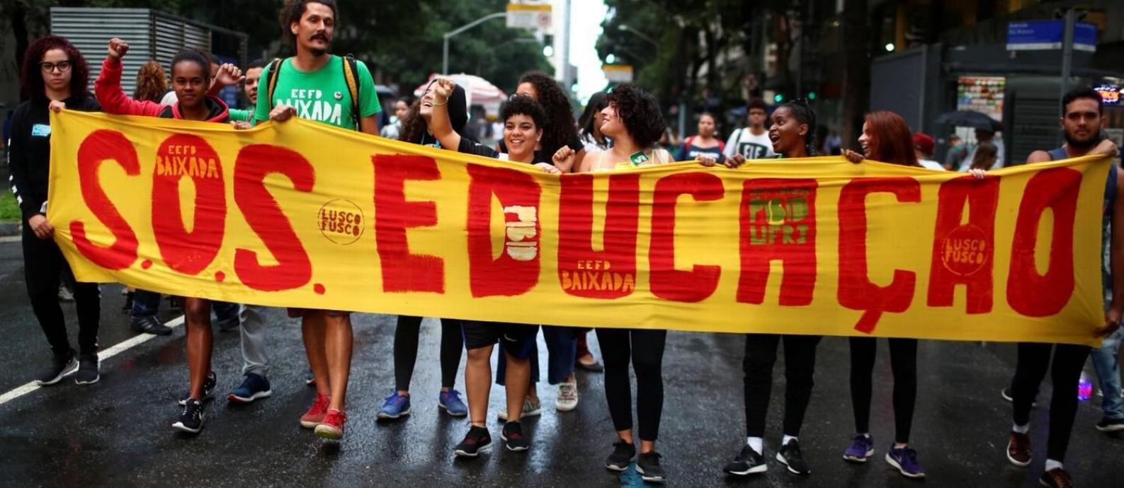 Manifestantes protestam no centro do Rio, no dia 15 de maio, contra cortes na Educação Foto: PILAR OLIVARES/REUTERS/15/5-2019