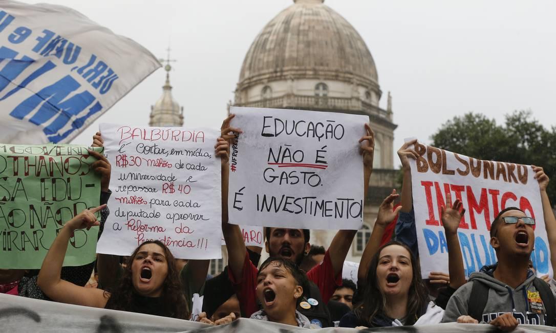 Manifestantes na Candelária, no Centro do Rio, no dia 15 de maio Foto: Domingos Peixoto / Agência O GLOBO