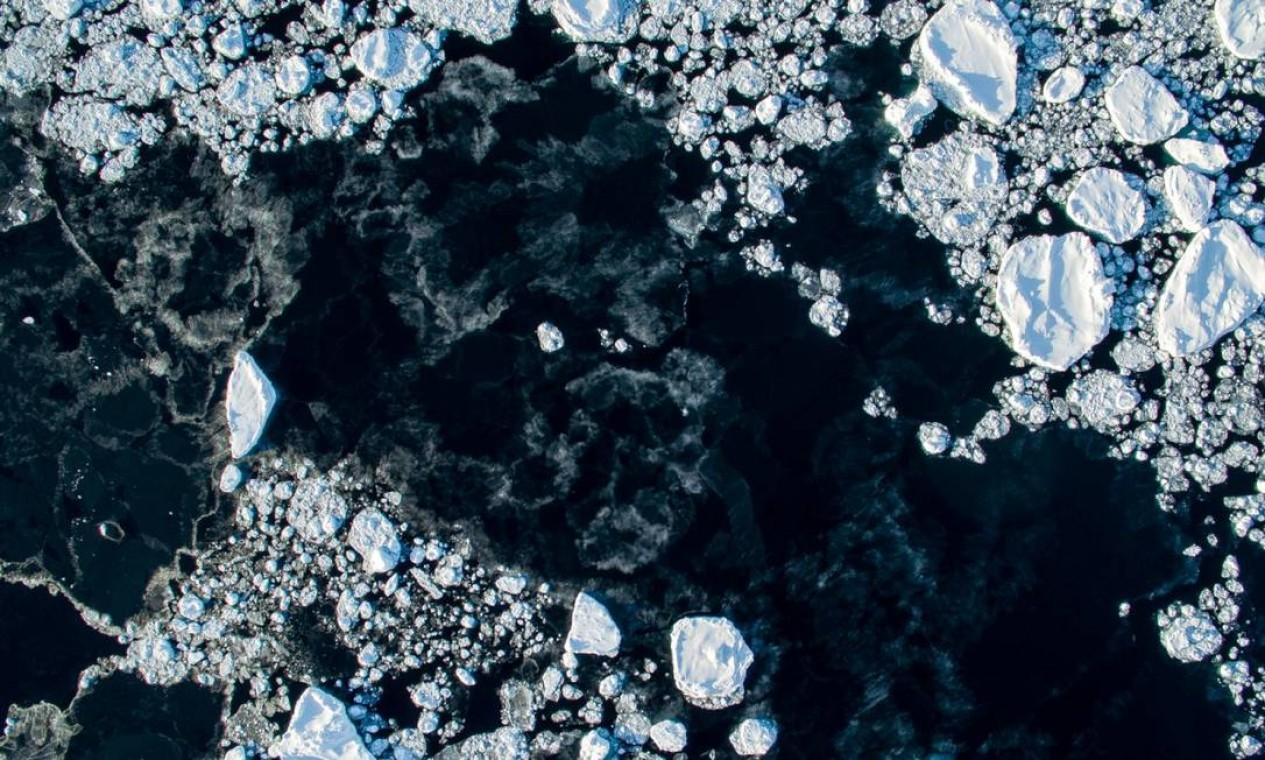 Gelo flutuando na Groenlândia durante o inverno. Local costumava estar completamente congelado durante a estação Foto: Florian Ledoux