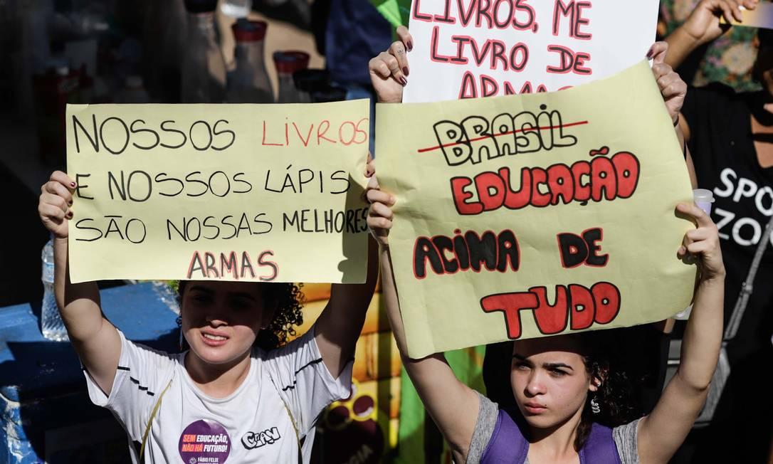 Protesto em defesa da Educação no entorno do Museu Nacional, em Brasília (DF), na manhã desta quinta-feira Foto: LEONARDO MILANO/FUTURA PRESS / Agência O Globo