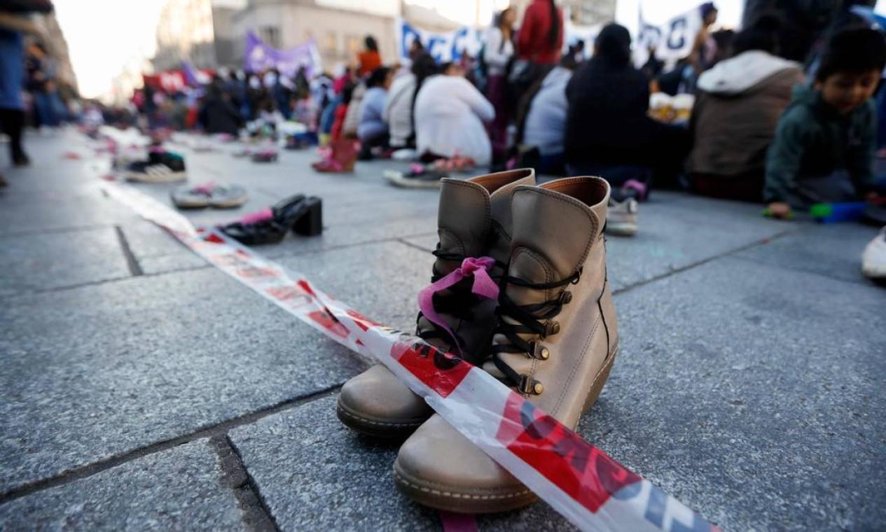 """Sapatos vazios representando mulheres assassinadas foram colocados em fileiras antes da marcha convocada pelo movimento """"Ni una menos"""", em frente ao Congresso Nacional Argentino, em Buenos Aires. Foto: EMILIANO LASALVIA / AFP"""
