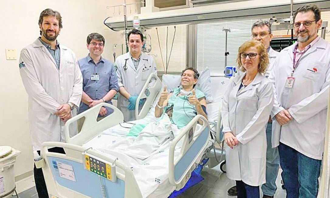 Vamberto Castro (centro) ao lado da equipe médica que o atendeu no Hospital das Clínicas de Ribeirão Preto Foto: Divulgação/HCFMRP