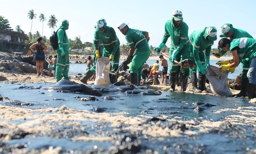 Voluntários atuam na retirada do óleo das praias Foto: Fotoarena / Agência O Globo