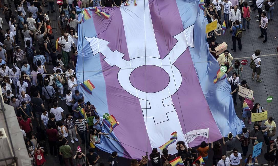 Bandeira do orgulho trans é carregada em manifestação em Istambul. Foto: BULENT KILIC / AFP
