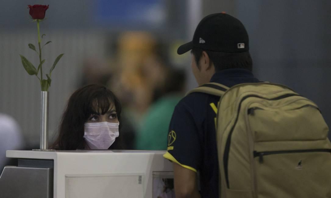 Funcionários de companhia aérea usam máscara no check-in do aeroporto internacional de Guarulhos. 26-02-2020 Foto: Edilson Dantas / Agência O Globo
