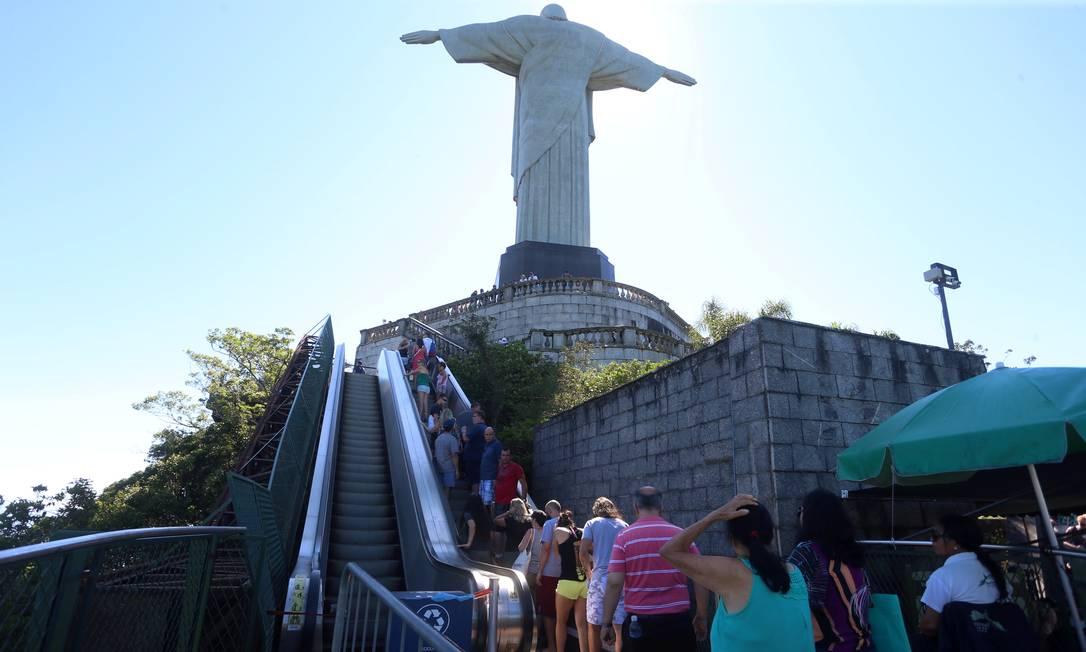 Por causa da pandemia, visitação aos parques no Brasil, está suspensa: durante a manhã desta terça-feira Corcovado recebia turistas Foto: Fabiano Rocha / Agência O Globo