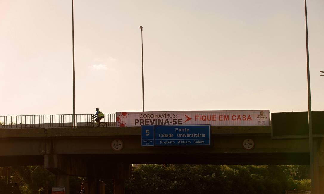 Com decreto de fechamento total do comércio não essencial, ruas ficam desertas em São Paulo. Faixa na Marginal Pinheiros pede para as pessoas ficarem em casa. Foto: Edilson Dantas / Agência O Globo