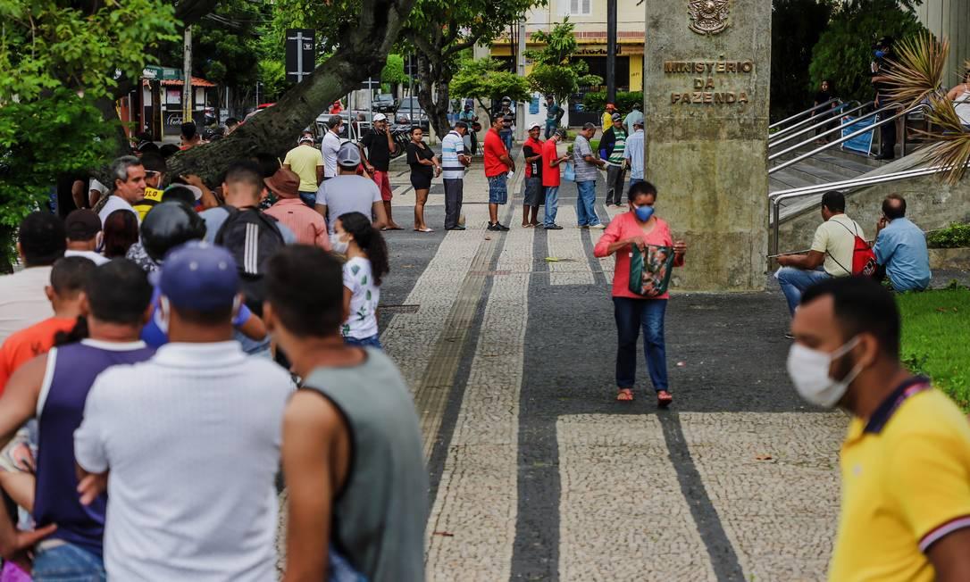 Pessoas se aglomeram em grandes filas para regularizar o CPF na agência da Receita em Fortaleza Foto: Mateus Dantas/Zimel Press / Agência O Globo