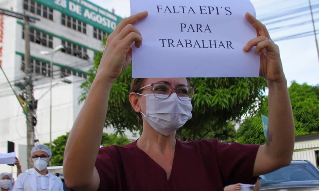 Profissionais da saúde protestam em Manaus: enfermeiros carregam fotos de colegas que morreram pelo novo coronavírus e reclamam da falta de EPIs e salários atrasados (27/04/2020). Foto: Sandro Pereira/ Fotoarena / Agência O Globo